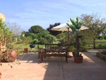 Gartenterrasse mit Essplatz und Grill