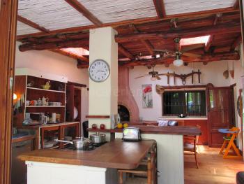 Große Hauptküche mit Essplatz