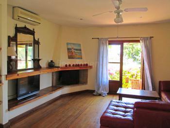 Wohnzimmer mit Couch und Sat-TV - OG