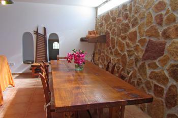 Holzesstisch im Wohnzimmer