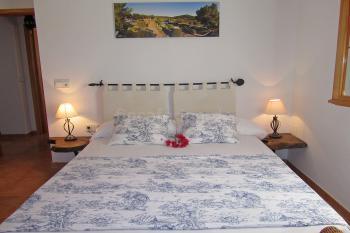 Schlafzimmer mit offenem Kamin