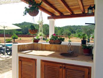 Außenküche und gemauerter Grill