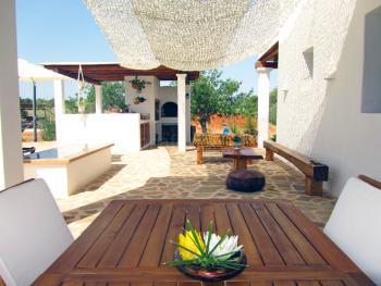 Terrasse mit Essplatz, Außenküche und Grill