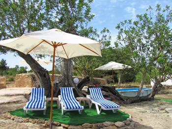 Relaxen im Schatten am kleinen Pool