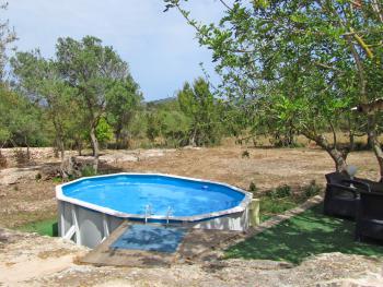 Kleiner Pool und Sitzecke im Garten