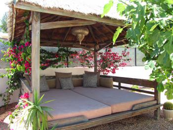 Relaxen im gemütlichen Bali-Bett