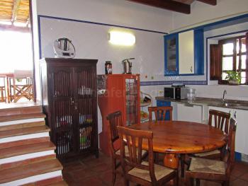 Küche mit Essplatz und Ausgang